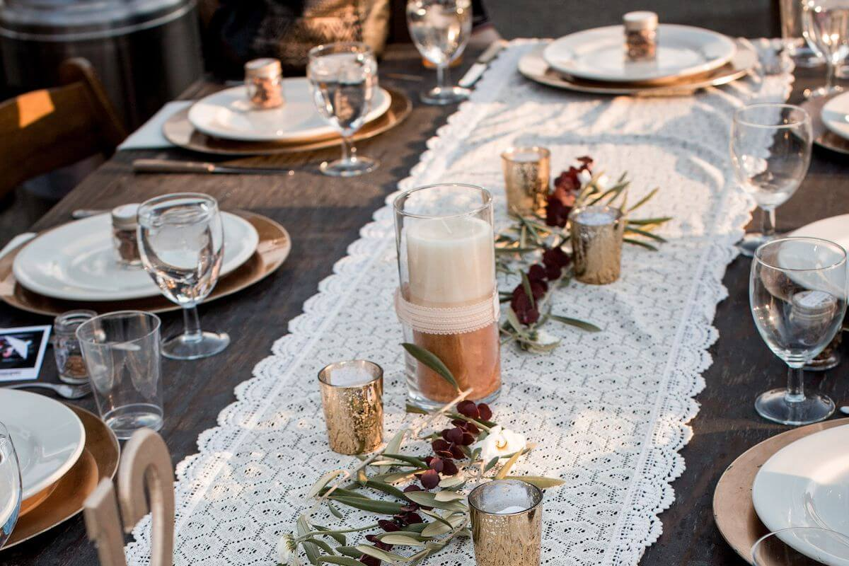 White and gold table decor.